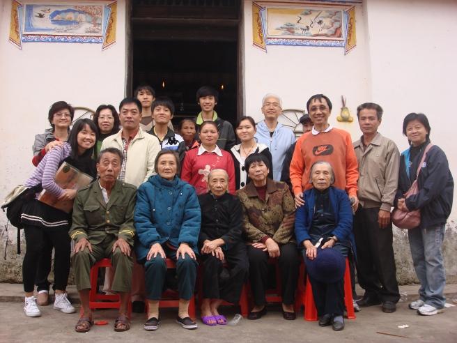 02_In front of ancestor home, 婶婶∶林凤汝, 堂弟∶邢益湃, 堂哥∶邢益明, 侄子∶邢增文, 19.12.2009