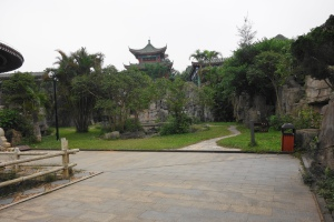 Behind the Pavilion of Breeze is the Octahedron Pavilion (清风阁后面是八方亭)