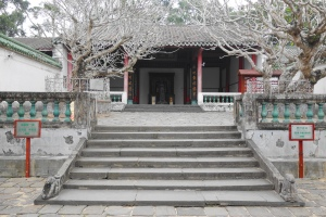 The Sugong Ancestral Hall (苏公祠). On the left is the entrance to the Five Lords Ancestral Hall (五公祠). On the right is the entrance to the Two Fupo Temple (两伏波祠), Jiong Zhou Ting (泂酌亭), and Song Hui Zong Yu Zhi Bei (宋徵宗御制碑).