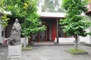 Around the Five Lords Ancestral Hall (五公祠). The stone statue of Hu Quan (胡铨) standing in front of the Xuepu Hall (学圃堂) in the background.