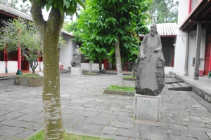 The stone statues of Li Guang (李光) and Hu Quan (胡铨) in the background.