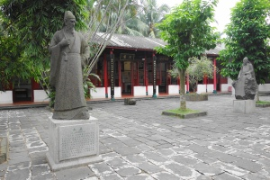 Around the Five Lords Ancestral Hall (五公祠). The West Hall (西斋) also known as 五公精舍, and the stone statues of Zhao Ding (赵鼎) and Li Guang (李光) in the background.