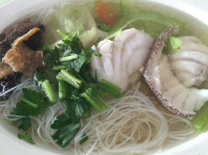 A bowl of Grouper Fish Soup with Bee Hoon (一碗鱼巴塘米粉汤): $7.50